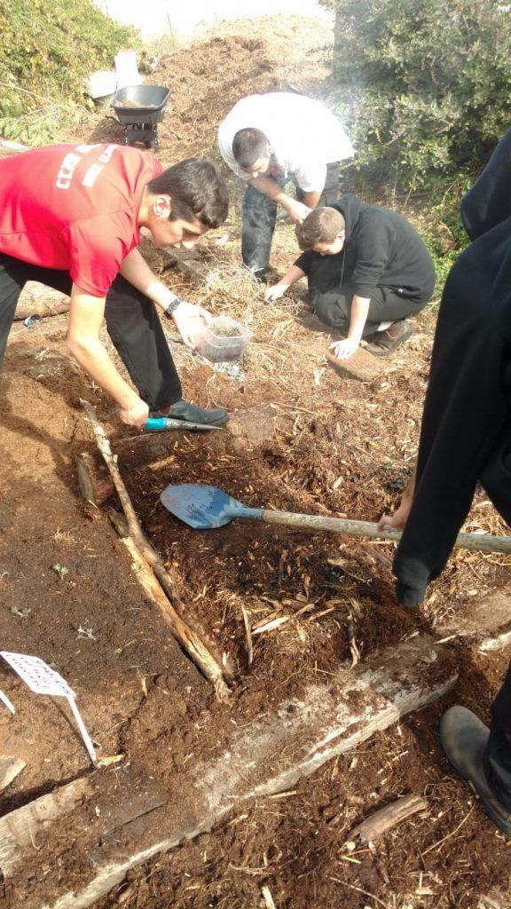 חיבור התלמידים לאדמה כחלק מלימודי החקלאות עירונית ויישום הלימוד השטח.